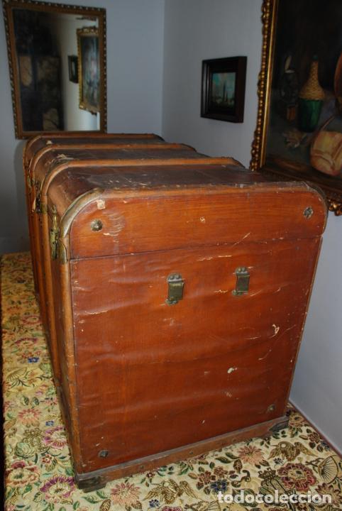 Antigüedades: Enorme baúl de madera. Tapa plana. 93 cm de largo, 54 cm de fondo y 68 cm. de alto. Siglo XIX. - Foto 5 - 231407840