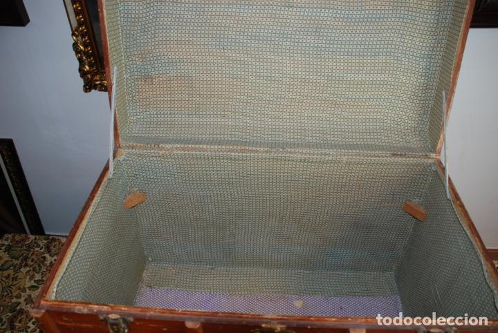 Antigüedades: Enorme baúl de madera. Tapa plana. 93 cm de largo, 54 cm de fondo y 68 cm. de alto. Siglo XIX. - Foto 7 - 231407840