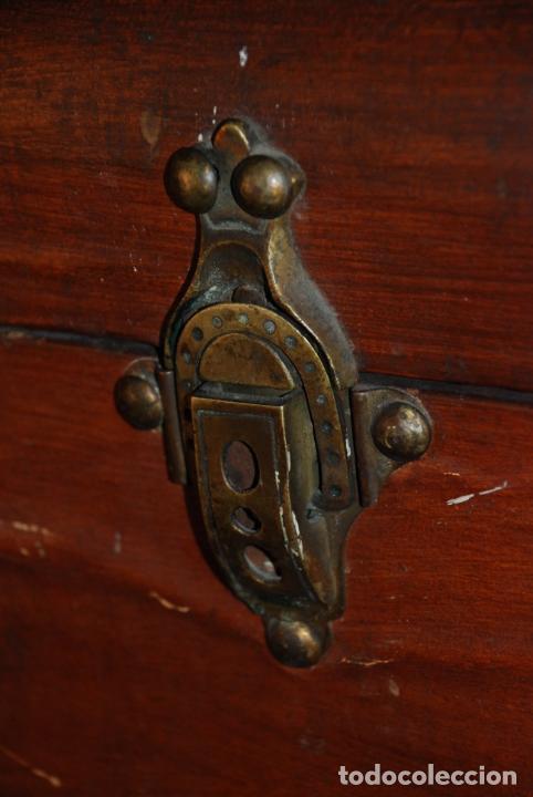 Antigüedades: Enorme baúl de madera. Tapa plana. 93 cm de largo, 54 cm de fondo y 68 cm. de alto. Siglo XIX. - Foto 9 - 231407840