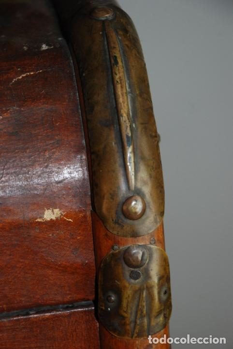 Antigüedades: Enorme baúl de madera. Tapa plana. 93 cm de largo, 54 cm de fondo y 68 cm. de alto. Siglo XIX. - Foto 11 - 231407840