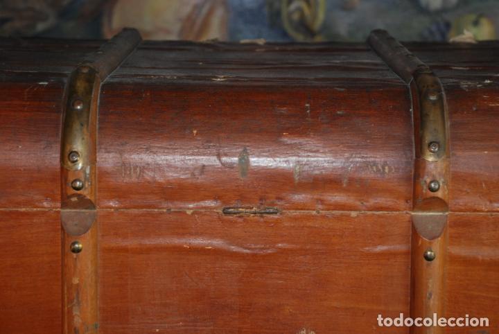 Antigüedades: Enorme baúl de madera. Tapa plana. 93 cm de largo, 54 cm de fondo y 68 cm. de alto. Siglo XIX. - Foto 13 - 231407840