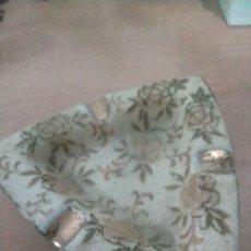Antigüedades: PRECIOSO CENICERO DORADO TRIANGULAR CON FLORES. Lote 231416020