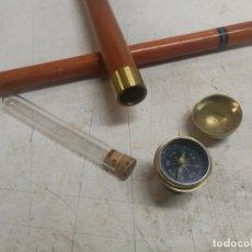 Antigüedades: INTERESANTE BASTON PLEGABLE DE MADERA Y BRONCE CON BRUJULA Y TUBO DE ENSAYO RARO 89 CM.. Lote 231434600