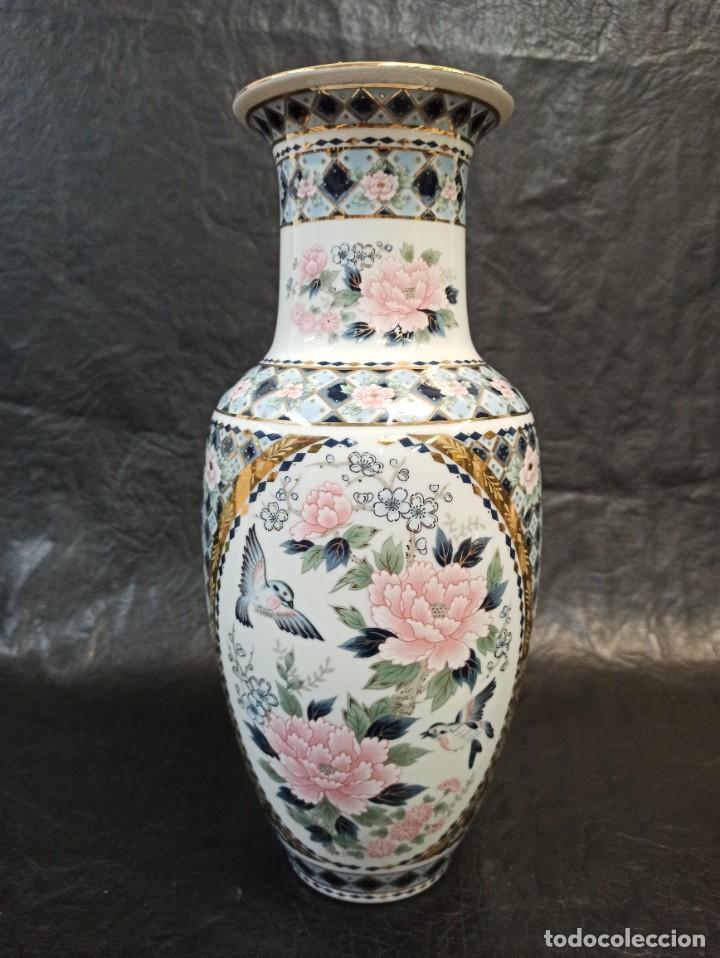 ELEGANTE JARRÓN CON DECORACIÓN FLORAL Y PÁJAROS. V1 (Antigüedades - Porcelana y Cerámica - Japón)