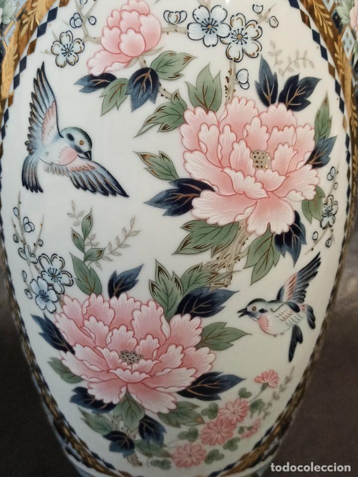 Antigüedades: Elegante jarrón con decoración floral y pájaros. V1 - Foto 2 - 231456735