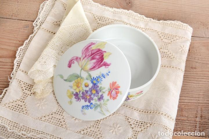 Antigüedades: Preciosa caja de porcelana de Limoges de flores - Foto 2 - 231530360