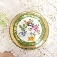 Antigüedades: JOYERO DE PORCELANA VINTAGE DE LIMOGES FRANCIA, CAJA PORCELANA FLORES Y DORADA. Lote 231531485