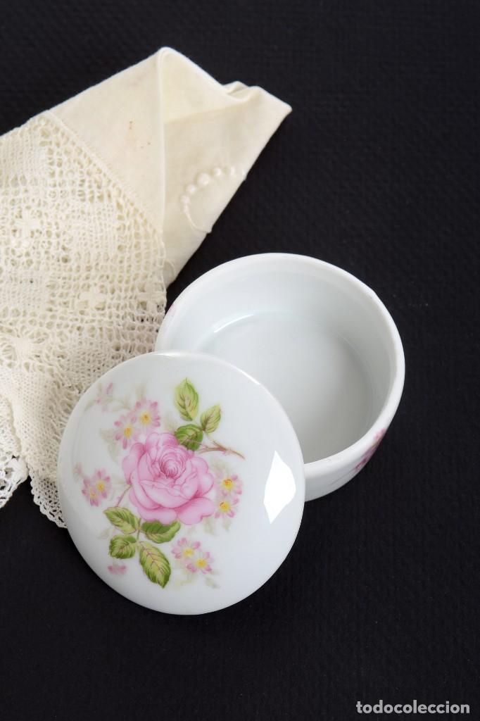 Antigüedades: Pequeña caja de porcelana con rosas de Limoges Porcelaine des Tulleries - Foto 3 - 231539655
