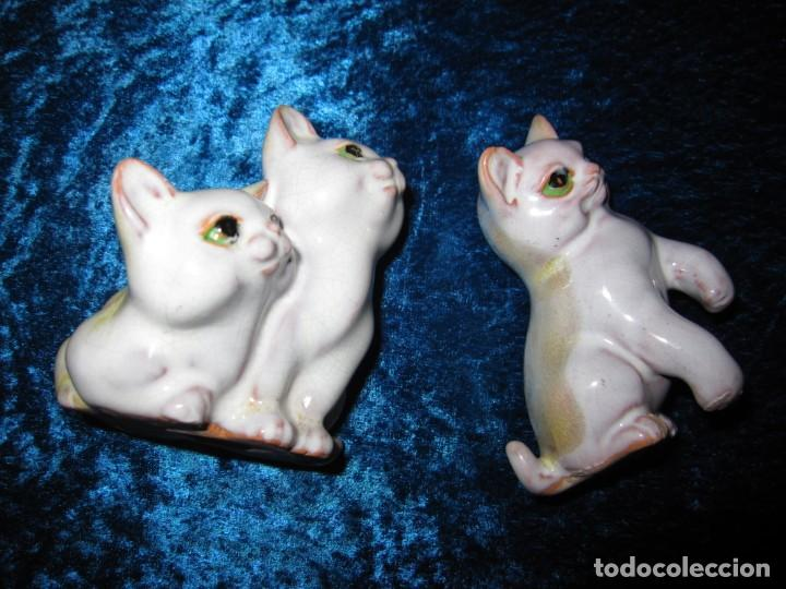 Antigüedades: Antiguas 3 figuras gatos terracota vidriada esmaltada craquelada policromada S. XX - Foto 2 - 231540165