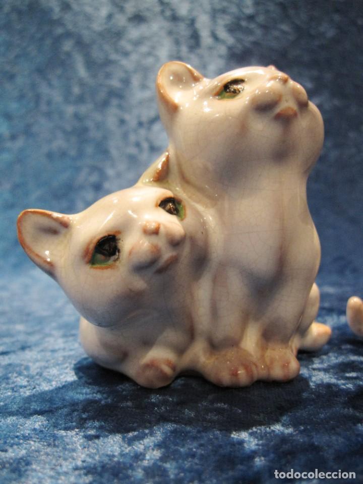 Antigüedades: Antiguas 3 figuras gatos terracota vidriada esmaltada craquelada policromada S. XX - Foto 7 - 231540165