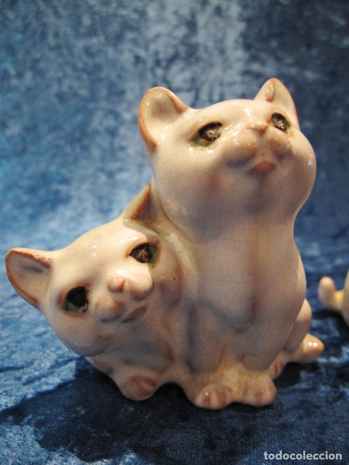 Antigüedades: Antiguas 3 figuras gatos terracota vidriada esmaltada craquelada policromada S. XX - Foto 13 - 231540165