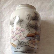 Antigüedades: JARRONCITO DE PORCELANA JAPONESA CON DECORACIÓN DE PAISAJE. AÑOS 70. Lote 231619735