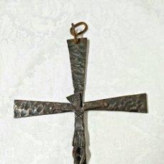 Antigüedades: CRUCIFIJO MODERNISTA DE BRONCE. Lote 231917765