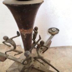 Antigüedades: LAMPARA ANTIGUA VINTAGE CON DECORACIÓN FIGURAS. Lote 231932875