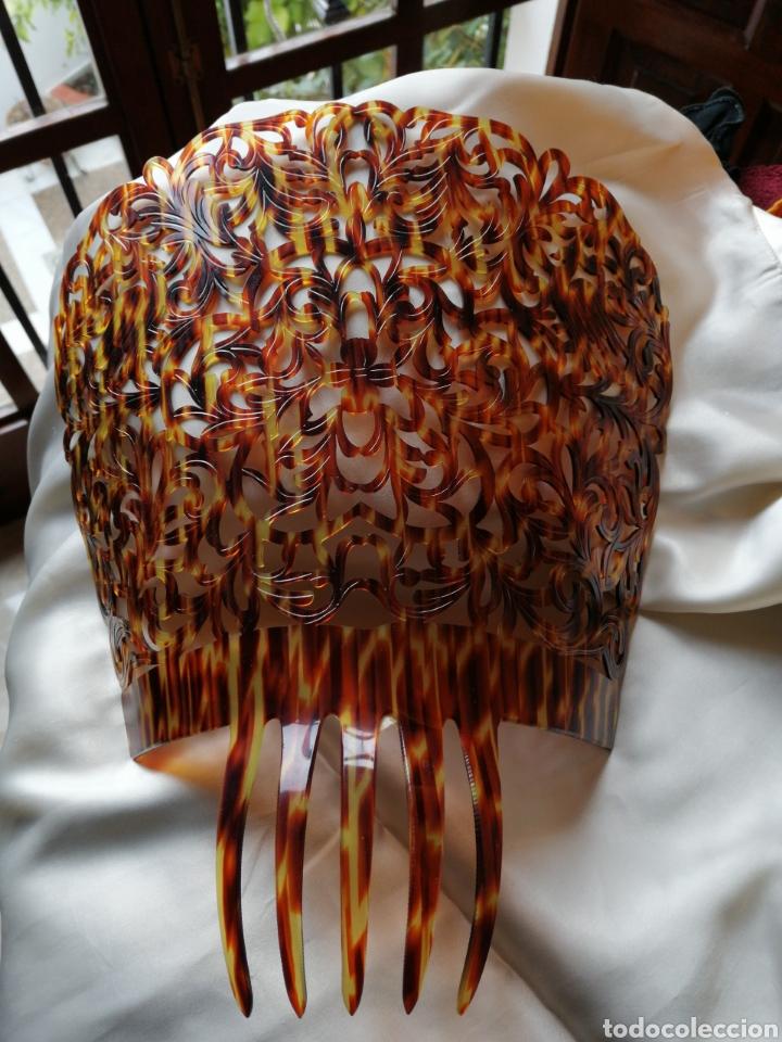 Antigüedades: Gran peina para mantilla, finamente calada a mano, simil carey. - Foto 2 - 232150165