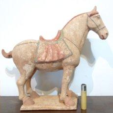Antigüedades: GRAN CABALLO CHINO EN TERRACOTA - SIGUE MODELOS ESCULTÓRICOS DE LA DINASTÍA TANG - VER FOTOS. Lote 232163965