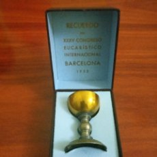 Antigüedades: CÁLIZ RECUERDO DEL CONGRESO EUCARISTICO BARCELONA 1952 EN SU CAJA ORIGINAL. Lote 232201910