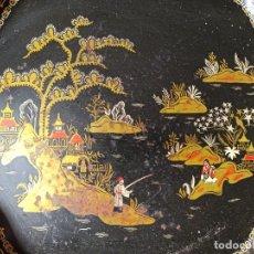 Antigüedades: ANTIGUA BANDEJA METÁLICA CON MOTIVOS JAPONESES. Lote 232225765
