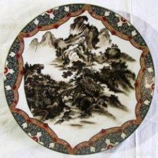Antigüedades: PLATO JAPONES DE DECORACIÓN PARA COLGAR, PAISAJE, 31 CM DE DIÁMETRO. Lote 232320230