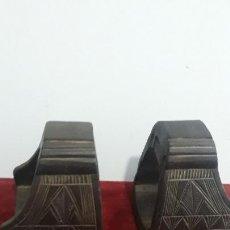 Antigüedades: PAREJA DE ESTRIBOS COLONIALES EN MADERA TROPICAL,SIGLO XVIII-XIX. Lote 232566415