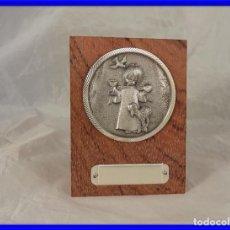 Antigüedades: MEDALLON ADORNO RELIGIOSO INFANTIL DE PLATA O METOPA. Lote 232578040