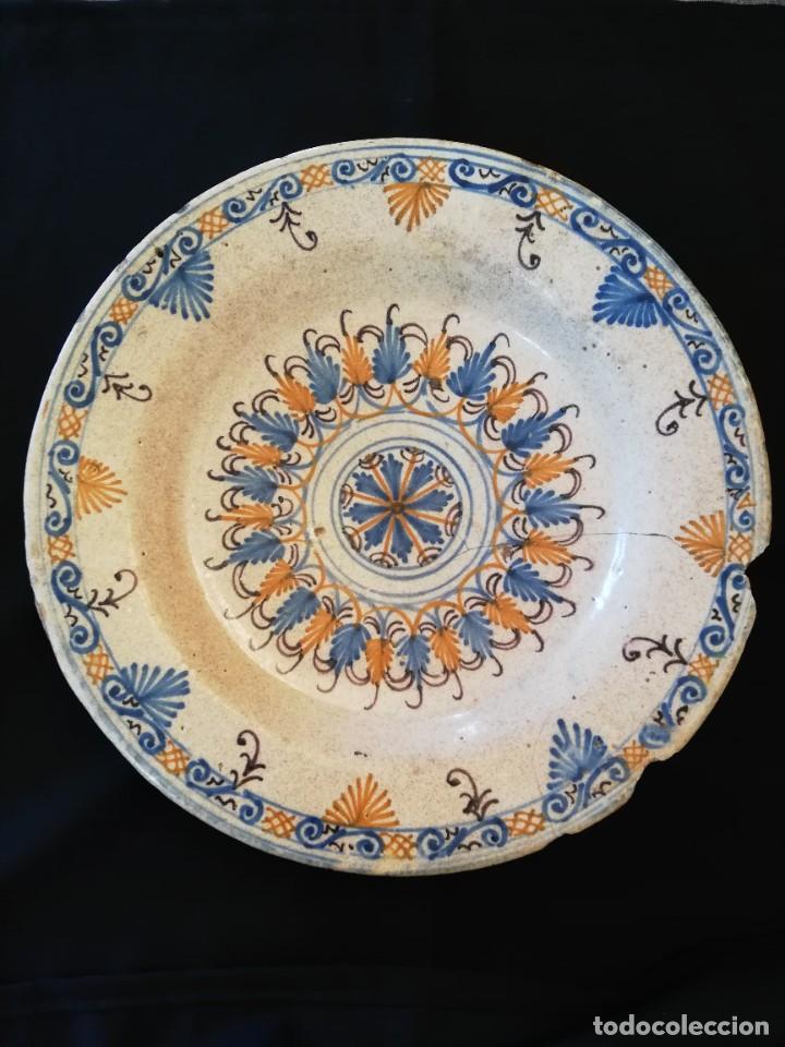 GRAN PLATO DE CERÁMICA DE TALAVERA TRICOLOR '' SERIE DE LA ENCOMIENDA '' S. XVII (Antigüedades - Porcelanas y Cerámicas - Talavera)