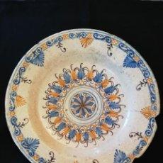 Antigüedades: GRAN PLATO DE CERÁMICA DE TALAVERA TRICOLOR '' SERIE DE LA ENCOMIENDA '' S. XVII. Lote 232585420