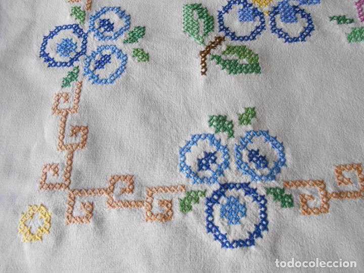 Antigüedades: Mantel/Tapete antiquo. Bordado a mano en punto de cruz. 71 x 72 cm. BLANCO - Foto 4 - 232634335
