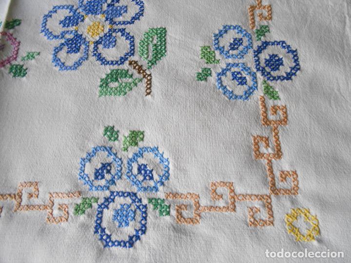 Antigüedades: Mantel/Tapete antiquo. Bordado a mano en punto de cruz. 71 x 72 cm. BLANCO - Foto 6 - 232634335