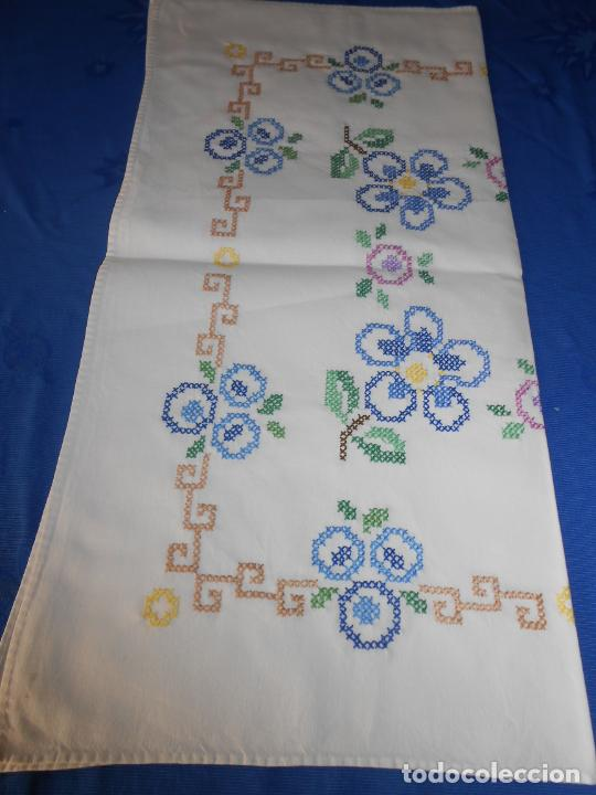 Antigüedades: Mantel/Tapete antiquo. Bordado a mano en punto de cruz. 71 x 72 cm. BLANCO - Foto 8 - 232634335