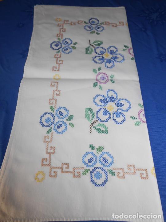 Antigüedades: Mantel/Tapete antiquo. Bordado a mano en punto de cruz. 71 x 72 cm. BLANCO - Foto 13 - 232634335
