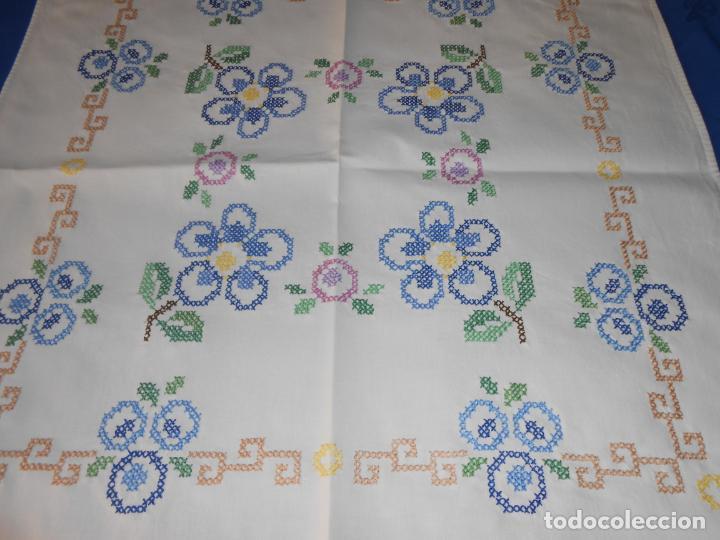 MANTEL/TAPETE ANTIQUO. BORDADO A MANO EN PUNTO DE CRUZ. 71 X 72 CM. BLANCO (Antigüedades - Hogar y Decoración - Manteles Antiguos)