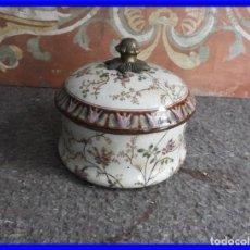 Antigüedades: BOMBONERA DE PORCELANA ADORNADA CON FLORES. Lote 232664810