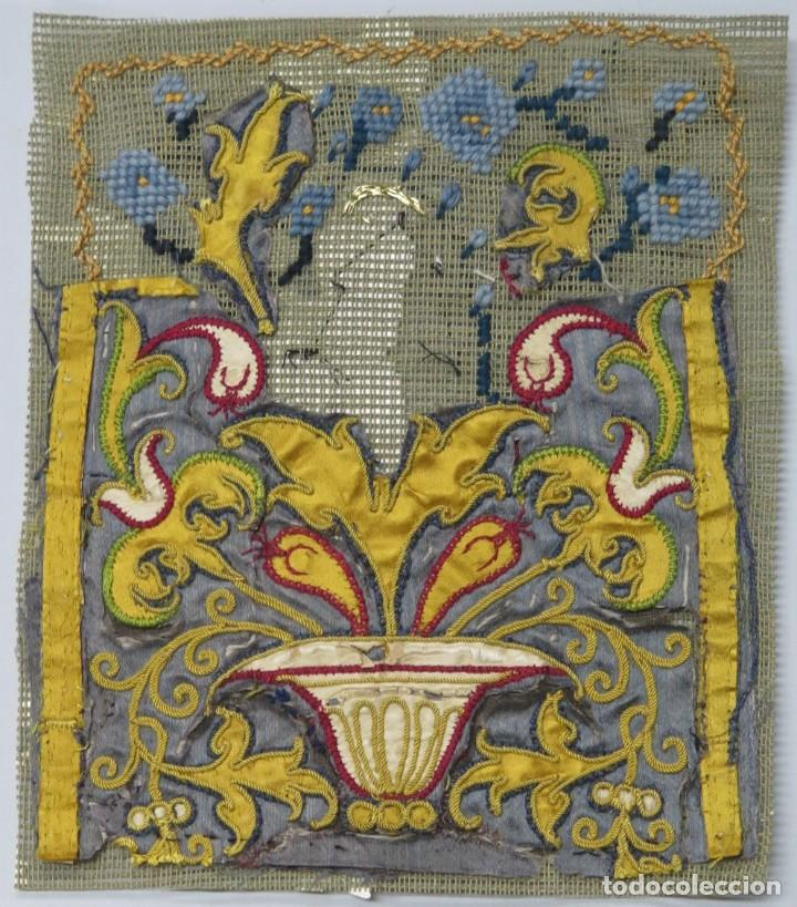 PRECIOSO FRAGMENTO DE TEXTIL BORDADO EN SEDA. POSIBLEMENTE LITURGICO. SIGLO XVII (Antigüedades - Religiosas - Varios)