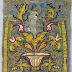 Antigüedades: PRECIOSO FRAGMENTO DE TEXTIL BORDADO EN SEDA. POSIBLEMENTE LITURGICO. SIGLO XVII. Lote 232688955