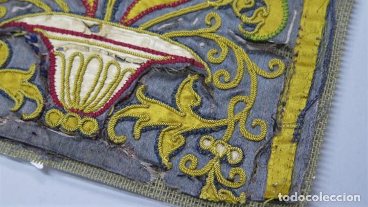 Antigüedades: PRECIOSO FRAGMENTO DE TEXTIL BORDADO EN SEDA. POSIBLEMENTE LITURGICO. SIGLO XVII - Foto 2 - 232688955
