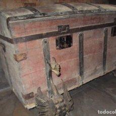 Antigüedades: ANTIGUO BAÚL DE MADERA DE 95 X 45 X 50 CON DOS SOPORTES DRAGONES DE COBRE. Lote 232847000