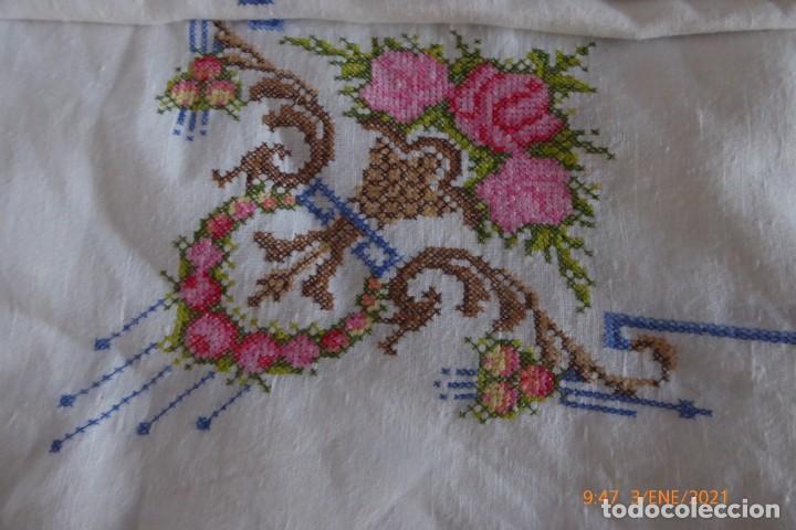Antigüedades: MANTEL GRANDE DE HILO BORDADO A MANO - Foto 2 - 232954695