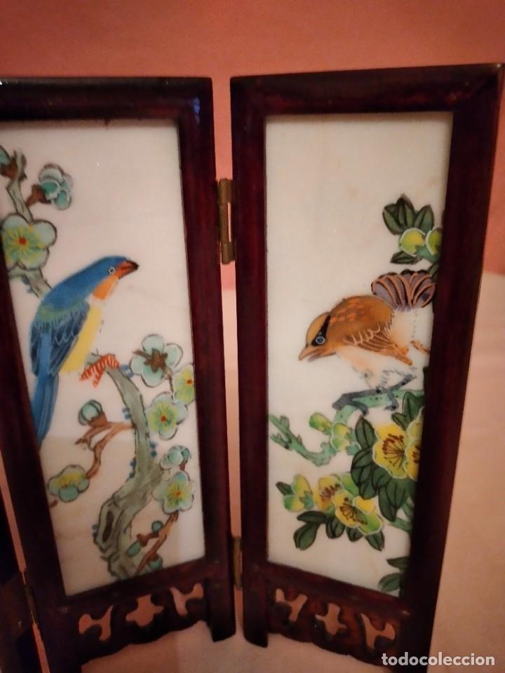 Antigüedades: biombo japonés de madera de cerezo y porcelana, pintado a mano, años 40/50 - Foto 4 - 232984355