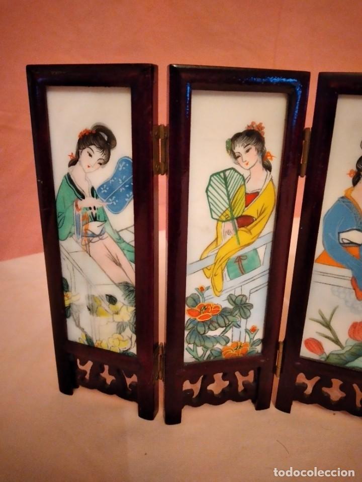 Antigüedades: biombo japonés de madera de cerezo y porcelana, pintado a mano, años 40/50 - Foto 5 - 232984355