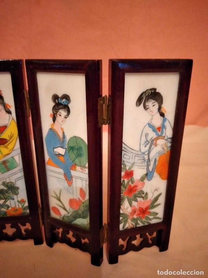 Antigüedades: biombo japonés de madera de cerezo y porcelana, pintado a mano, años 40/50 - Foto 6 - 232984355