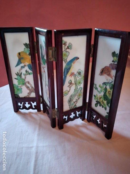 Antigüedades: biombo japonés de madera de cerezo y porcelana, pintado a mano, años 40/50 - Foto 9 - 232984355