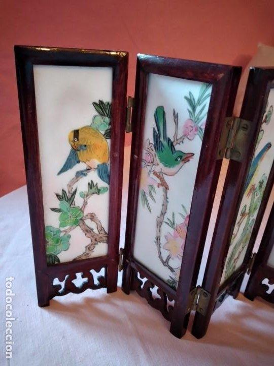 Antigüedades: biombo japonés de madera de cerezo y porcelana, pintado a mano, años 40/50 - Foto 10 - 232984355