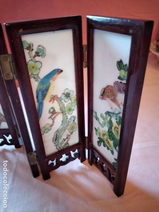 Antigüedades: biombo japonés de madera de cerezo y porcelana, pintado a mano, años 40/50 - Foto 11 - 232984355