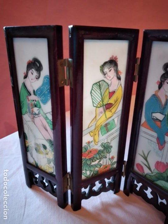 Antigüedades: biombo japonés de madera de cerezo y porcelana, pintado a mano, años 40/50 - Foto 12 - 232984355