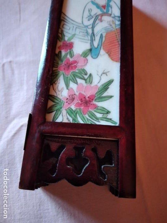 Antigüedades: biombo japonés de madera de cerezo y porcelana, pintado a mano, años 40/50 - Foto 14 - 232984355