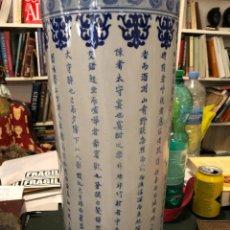 Antigüedades: PRECIOSO PARAGUERO EN LOZA CHINA, 45 CMS ALTURA. Lote 233027875