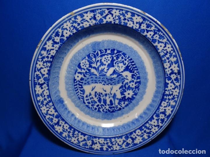 GRAN PLATO DE TRIANA DEL SIGLO XIX.NIÑO CON CORDERO.BIEN CONSERVADO. (Antigüedades - Porcelanas y Cerámicas - Triana)