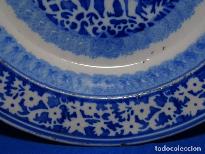 Antigüedades: GRAN PLATO DE TRIANA DEL SIGLO XIX.NIÑO CON CORDERO.BIEN CONSERVADO. - Foto 4 - 233035438