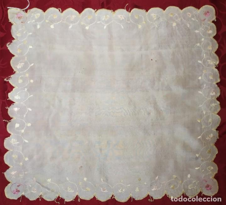PAÑUELO DE SEDA CON BORDADO (Antigüedades - Moda - Pañuelos Antiguos)